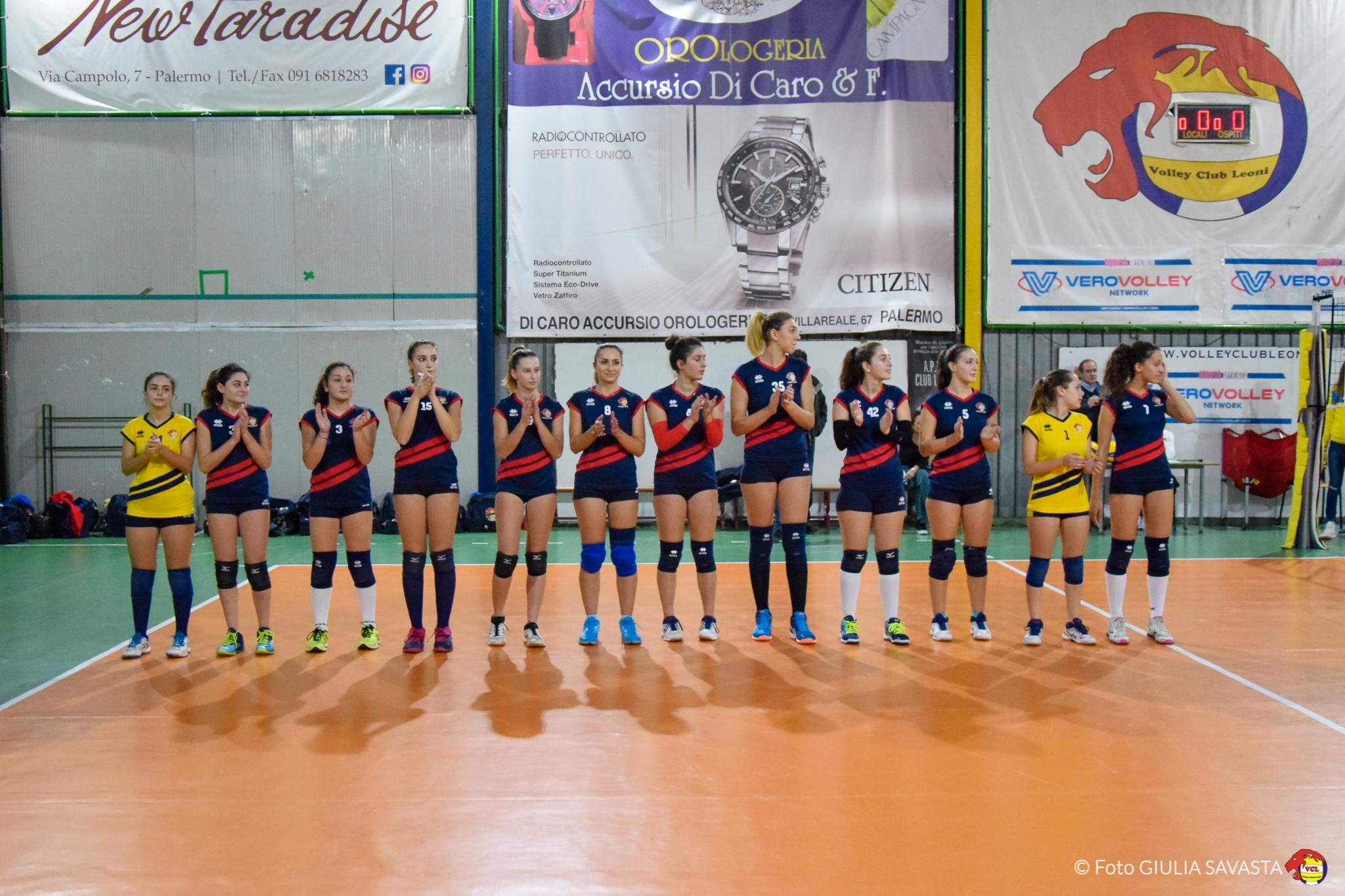 squadra di pallavolo femminile schierata