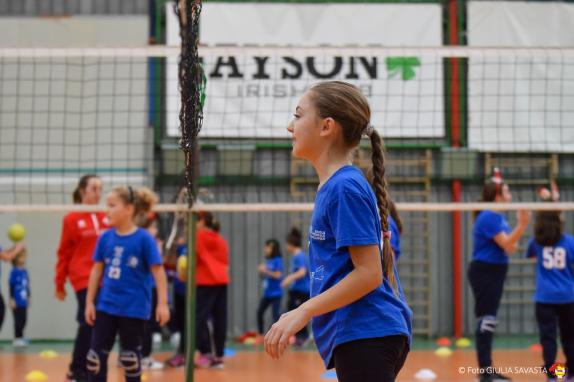 bambina che gioca a pallavolo